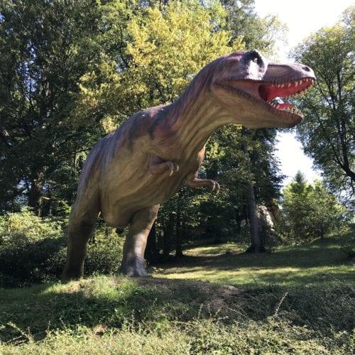 Sculpture de Tyrannosaure Rex au Parc Dino-Zoo de Charbonnieres Les Sapins