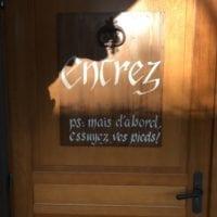Porte de la maison du Père Fouettard au Hameau du Père Noël