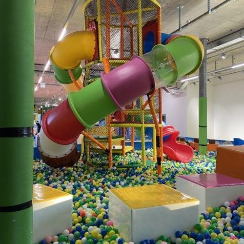 Structure avec toboggan, parcours d'équilibre et piscine à boules à Kids Fun Park Etoy